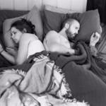 Фотограф удалил телефоны из снимков, чтобы показать, как люди отдалились друг от друга